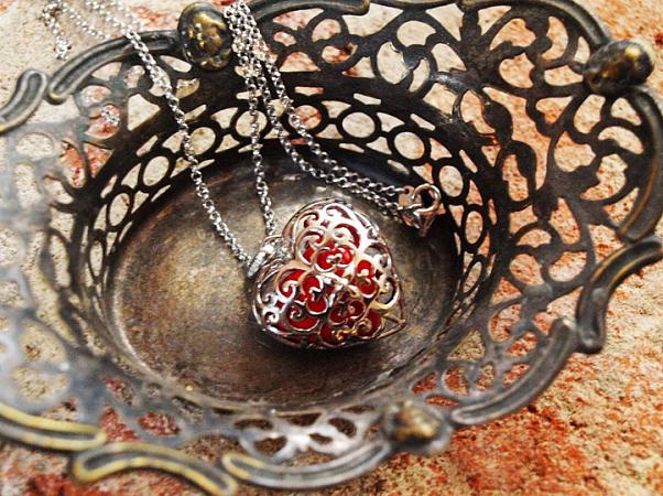 Precizně zhotovená klícka ve tvaru srdce s korálkem uvnitř