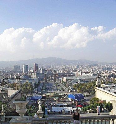 od Národního paláce na fontánu a Placa Espana