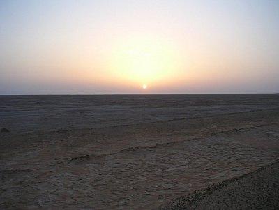 Východ slunce nad solným jezerem