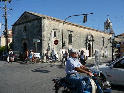 Lefkada - hl. město_8 - Kostel a ruch kolem něj.