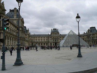 Louvre a velká pyramida