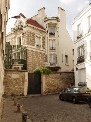 """Dalidin dům na Rue d´Orchampt 11 bis - Tento dům koupila Dalida v roce 1962 a v noci z 2. na 3. května 1987 zde ukončila svůj život se vzkazem: \""""Pardonnez-moi, la vie m´est insupportable.\"""""""