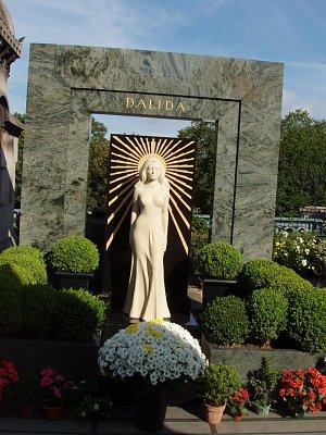 Dalidin hrob na Cimetiére Montmartre - Kdykoliv tam přijdete, vždy je zahrnuta květinami. V mnoha srdcích žije dál a nikdy nezemřela ....