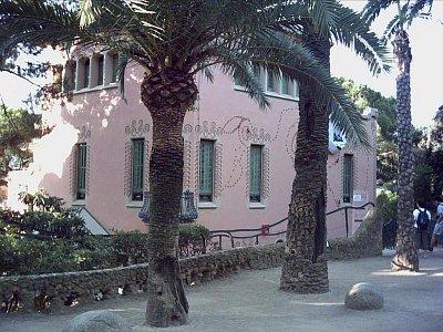 malovaný domeček v parku Güell