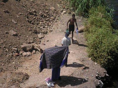 Děti nabízející své zboží u zdymadel v Esně (nahrál: admin)