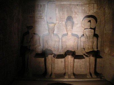 Nejsvětější svatyně se sochami - (zleva): Ptaha, Amóna , Réa-Harachteje a samotného Ramesse II (nahrál: admin)