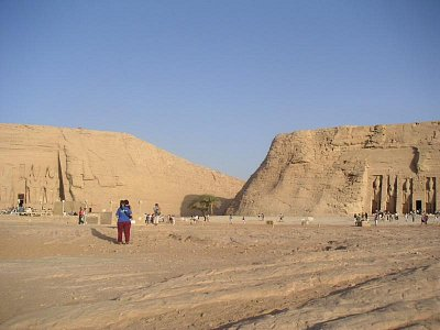 Pohled na oba chrámy - vlevo chrám Ramesse II, vpravo chrám Nefertari (nahrál: admin)