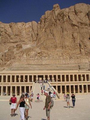 Pohledy na chrám královny Hatšepsut ze střední terasy (nahrál: admin)