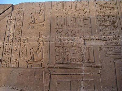 Nejslavnější chrámový výjev - lékařské nástroje a žena na porodní stoličce (nahrál: admin)