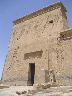 Levá část 1 pylonu chrámu bohyně Ísidy - Reliéfy zničeny křesťany. (nahrál: admin)