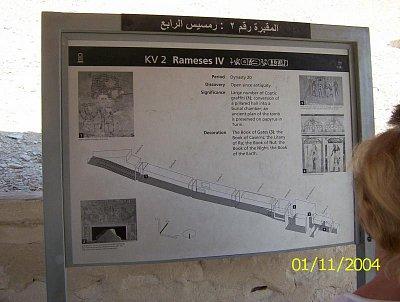 Informační tabulka. - Rameses IV - ale větší klid byl v hrobce u Ramses-e VII. Tam si užijete klidu při prohlídce. (nahrál: Štefan Franko)