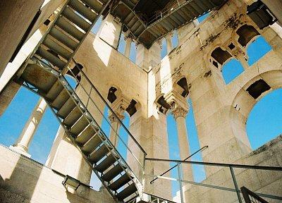 Shody na zvonicu - Vystúpat viac ako 200 schodov stojí za to -odvďačia sa Vám úchvatné pohľady na mesto,prístav, more a samozrejme Diokleciánov palác - rád sa sem vrátim.   (nahrál: vilo kučera)