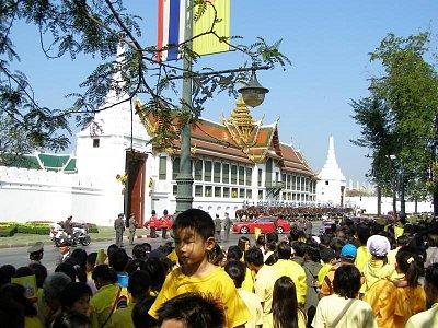 Grand Palace-Wat Phra Kaeo - Oslava 80.narodenin kráľa Bhumibola bola veľkolepá.Thajčania milujú svoho kráľa.Na oslavu sa zišlo nespočetné množstvo thajčanov z celej krajiny v žltých tričkách. (nahrál: V.Revický)