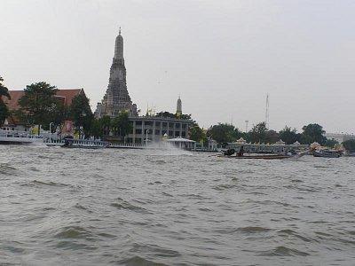 Plavba v Bangkoku po rieke Chao Phraya - Ukáže vám mnoho pamätihodností.Doporučuje to využiť.Je to okuzľujúce ako Benátky. (nahrál: V.Revický)