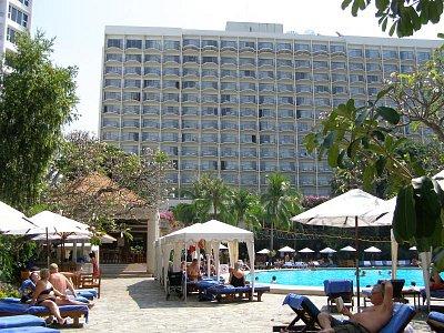 Mountain Beach Hotel Pattaya - 3 - 4 hviezdičkový hotel za prijateľnú cenu/cca 1000 Sk/za noc s raňajkami,.Je asi 200 metrov od pláže.Blízko asi 300 metrov je market s potavinami,kde sa možno najesť/samoobslužná reštaurácia/.Menu v hodnote 100Sk 100 kilový chlap ledva zje/jedlá z rýb,morských živočichov,ale aj steak,rôzne zeleninové šaláty - všetko  servírované s dodžaním maximálnej hygieny/.Pitná voda v 1,5 l plastovej fĺaši stoji 8.50 Sk. (nahrál: V.Revický)