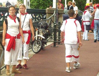 Červenobílý kostým během baskických slavností (nahrál: admin)