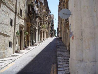 ulička Valletty - všechny uličky ve Vallettě jsou kolmo na sebe, je to tak proto, že Valletta leží na poloostrově a při obléhání města v dávných dobách se tak mohli vojáci snáze v bojových seskupeních přesunovat (nahrál: addonics)