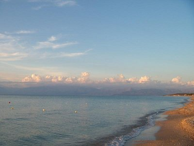Acharavi-pláž - v dálce Albánie (nahrál: Jana Náplavová  )