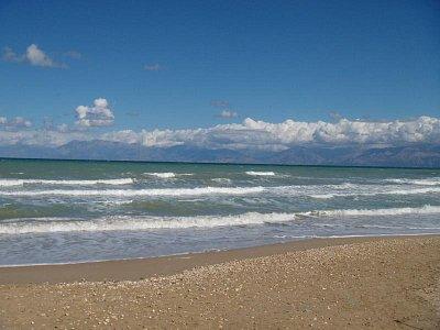 Acharavi-pláž - v dálce je vidět Albánie (nahrál: Jana Náplavová  )
