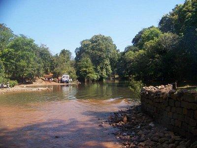 Cesta přes řeku k vodopádům Dudhsaghar (nahrál: admin)
