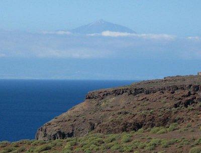 V dáli Tenerife s Teide - Nad clonou mraků vykukuje Teide, nejvyšší hora Španělska (nahrál: Jana)