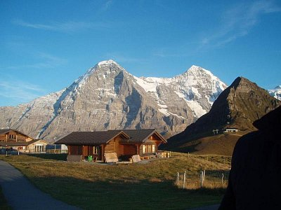 Männlichen - Začátek západu slunce v září. Männlichen patří k berské části. Z Männlichen vidíte Jungfrau, Jungfrau joch, Eiger (je to ta přední skalnatá hora) a spousty dalších hor. Tato oblast (vesnice pod hory) se nazývá Grindelwald (nahrál: monika)
