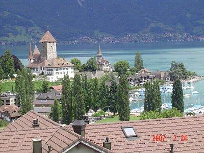 Spiez - Spiez je město u jezer. Je tu krásná dovolená v létě. Připadáte si jako u moře a přitom se díváte na zasněžené hory, kdesi v dáli (nahrál: monika)