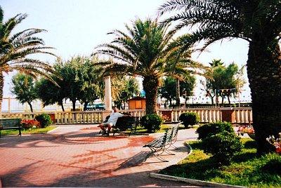 Palmy v Giuilanově - Ve městě je plno krásných palem, obchůdků a cukráren se zmrzlinou. (nahrál: kotoule)