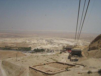 Masada 1.8.2008 - výjezd na horu lanovkou s pohledem na zbytky staveb a v dálce Mrtvé moře (nahrál: honza)