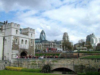 Turisté ořed Towerem s beefeatrem (nahrál: admin)