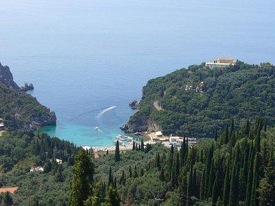 Pláž - Pohled na pláž a klášter v Paleokastritse. (nahrál: inalou)