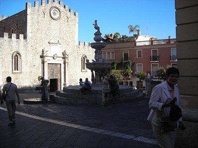 Náměstí s kašnou a kostelem v Taormíně (nahrál: Hádlíková Hana)