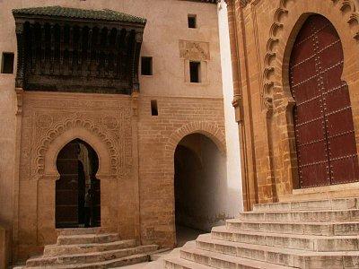 Salé - Vstupní brána do medersy Bou Inania a po pravé straně vstup do Velké mešity. (nahrál: Petr Kubík)