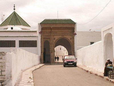 Bab Malka - Vstup do Salé ve směru od Bab Malka. Po levé straně brány je Zaouia Sidiho Ahmeda El Tijaniho. (nahrál: Petr Kubík)