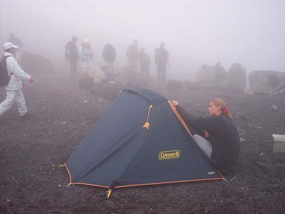 Stanovaní na Fuji - Byla to paráda po 7hodinovém výšlapu,nás nic jiného nenapadlo než si na Fuji sopce zastanovat :-) (nahrál: Pingu)
