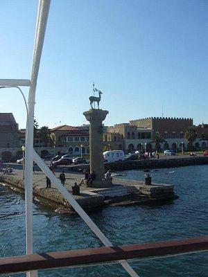 Rhodos hl.město Rhodos - molo s jelenem , pohled na nové město (nahrál: marcela)