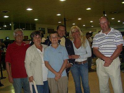 Odchod domov - Lúčenie.to bolo najhoršie,ale spomienky sú najkrajsie keď k tomu patria aj správny a milý ľudia k ním patril aj delegát David Lobaina ....proste Cuba-raj na zemi. (nahrál: mimka)