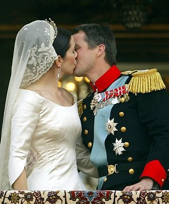 Prince Frederik - The lovely couple kiss on the balcony of Amalienborg Palace in Copenhagen on their wedding day May 14, 2004.