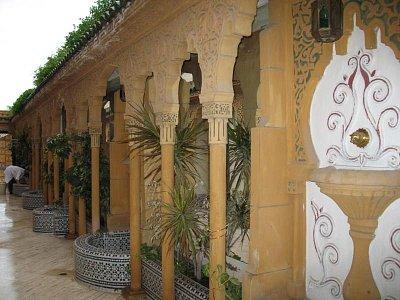 Fés - hotel Fes Inn *** - atrium hotelu (nahrál: Jana Peksová)