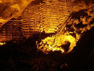 Měděný důl - vyrovnané dřevo v dole, které se pak zapálilo a žárem z horniny vytekla měď. Před cca 80 lety v okolí Falunu nerostly téměř žádné stromy byly sírou a splodinami z dolů zničeny. (nahrál: josef Vágner)