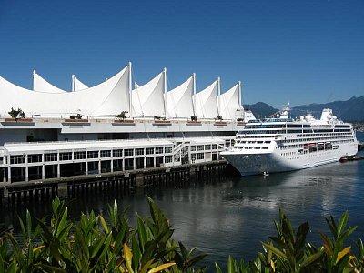 Canada Place - Vancouver - Touto krásnou lodí můžete jet až na Aljašku a zpět. Osobně nezkoušeno, ale osobně foceno. (nahrál: Marketa)