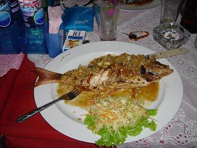 Co třeba ryba - Tak už ani nevím, jak se přesně jmenovala ale česneku a cibule tam dávají dost tak jsem si hodně pochutnal. Můžete si jí objednat v restauraci (Žirafa) jak jsme jí počeštily a kde se i hodně Čechů schází, najdete jí na ostrově Koh Samui. (nahrál: Domecky Jan)