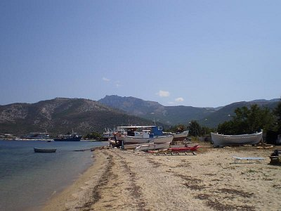 Skala Prinos                                                                                                                                - vzadu je malý přístav odkud jezdí trajekty do Kavaly (nahrál: šárka)