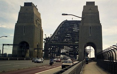 Jižní strana mostu - Na pilíř vede 200 schodů (nahrál: Luboš)