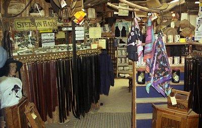 Jeden z obchůdků - Zde se prodávaly předměty vyrobené ze slámy, dřeva a kůže (nahrál: Luboš)