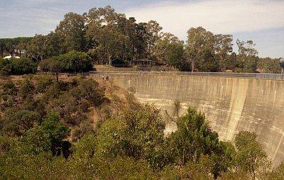 """The Whispering Wall - \""""Šeptající zeď\"""". Nachází se jihovýchodně od Gawleru na Barossa reservoir. (nahrál: Luboš)"""