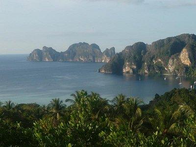 Phi-Phi Don - v pozadá ostrov Phi-Phi leh (nahrál: Antonín Šťastný)