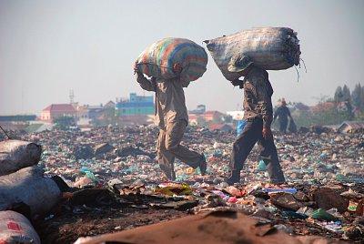 Třídění odpadu a jeho následná recyklace živí tisíce kambodžských rodin. (nahrál: Bohumil Prazský)