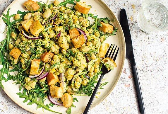Luštěninový salát s rukolovým pestem a krutony