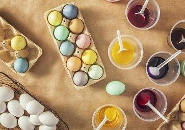 Barvení vajíček bez chemie? Pomůže vám červená řepa, zelí nebo kurkuma!